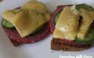 Бутерброды с солеными огурцами и колбасой