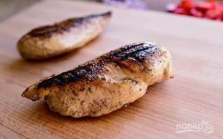 Как приготовить салат теплый с куриной грудкой?