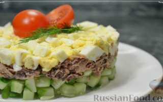 Салат с тунцом, яйцами и маслинами