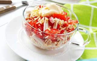 Праздничный салат «Красное море»: состав, рецепт слоями. Как приготовить вкусный салат «Красное море» с крабовыми палочками, кальмарами, крабовым мясом, сыром, красной икрой, рыбой, семгой, креветками, помидорами, фасолью, майонезом: лучшие рецепты