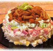 Салат с соленой селедкой, опятами и огурцами
