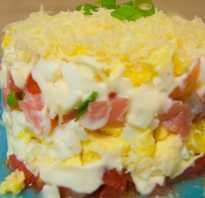 Слоеный салат с красной рыбой и помидорами