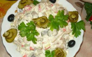 Салат с крабовыми палочками и соленым огурцом: добавим кислинку