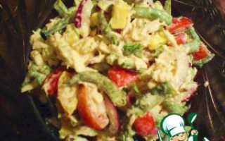 Сытный салат из зеленой стручковой фасоли с курицей
