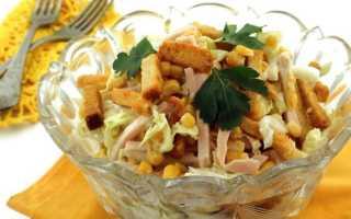 Салат с сухариками и помидорами и сыром