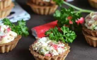 Оригинальный салат с крабовыми палочками в тарталетках
