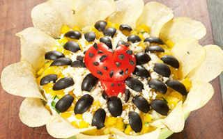 Салат «Подсолнух» счипсами: классический рецепт скурицей иварианты сгрибами, крабовыми палочками, ананасами