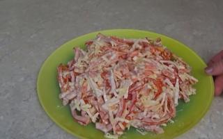 Салат с крабовыми палочками и помидорами — 7 вкусных рецептов