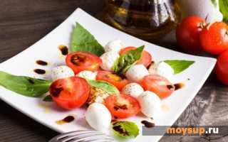 Салат капрезе, рецепт с моцареллой и соусом песто