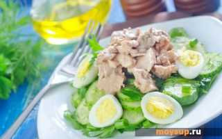 Рыбный салат с копченой треской, картофелем и солеными огурцами